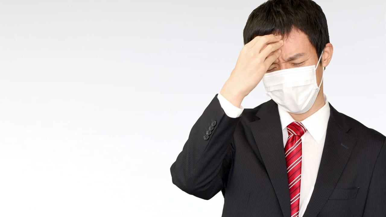 シャープ製マスクを装着した男性のイメージ写真