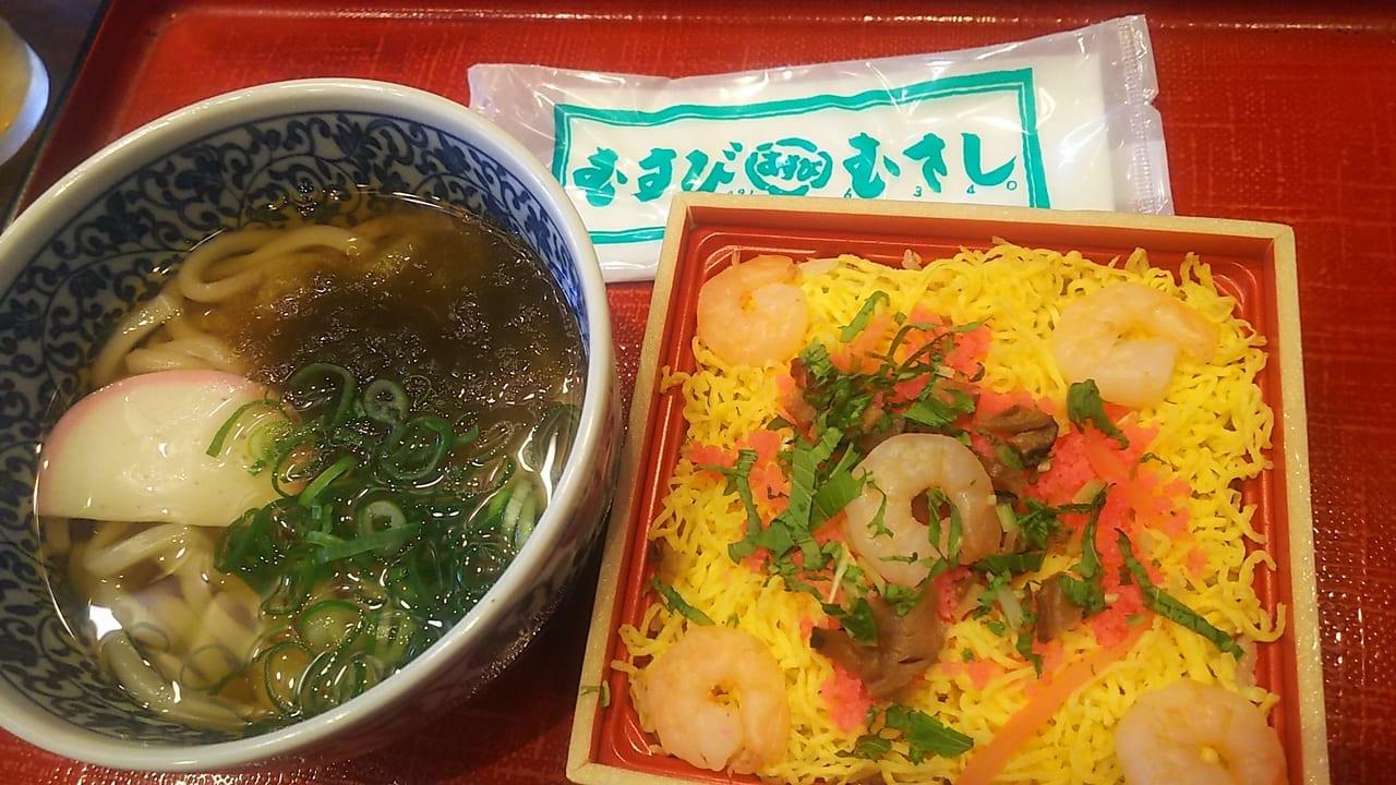 「むすびむさし」のミニちらし寿司うどんセット