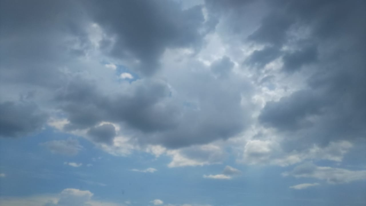 雷、大雨、洪水注意報がでてる東広島市の空